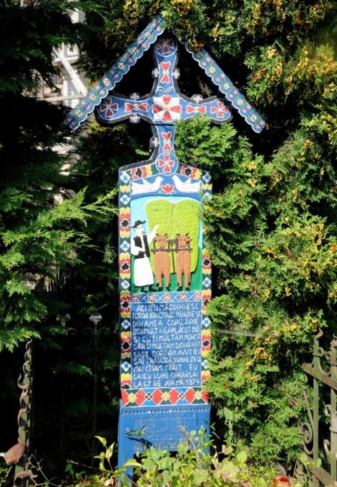 Rysunek i wierszowany opis życia zmarłego wykonywany zawsze przez pomysłodawcę Ioana Patrasa, miejscowego artystę (tzn. dopóki żył, teraz - przez jego ucznia).