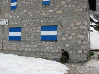 """Refugio Vandelli. Schronisko zamknięte. Dla """"ambitnych"""" zimowych turystów otarty był mały schron obok."""