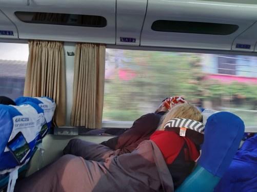 Świt w nocnym pociągu Malabar z Surakarty do Malang.