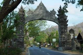 Pemuteran. Pomimo takiego efektownego wjazdu, Pemuteran to raczej wioska, niż coś więcej. Jesteśmy w północno-zachodniej części wyspy.