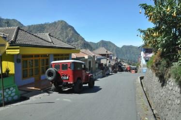Wioska Cemero Lawang na skraju krawędzi kaldery, już u góry.