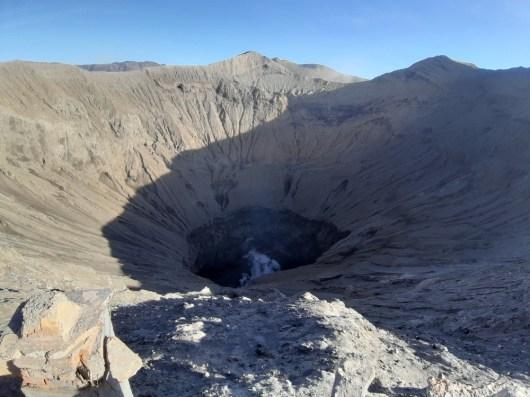 I wnętrze Bromo. Krater ma średnicę +/- 700 m.