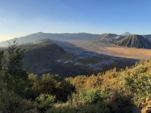 Dzień wstaje nad kalderą Tengger.