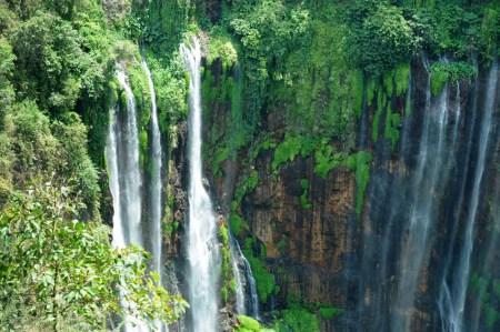 Tumpak Sewu inaczej Coban Sewu luźno z jawajskiego tłumaczy się jako: tysiąc wodospadów.