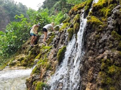 Żeby dojść do drabinek wyprowadzających na górę, znów trzeba wzdłuż i w poprzek wody.