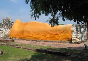 Ayutthaya - Wat Lokaya Sutta - 40-metrowy leżący Budda upamiętnia moment parinirwany (śmierci i osiągnięcia całkowitej nirwany, zakończenie kręgu wcieleń Buddy).
