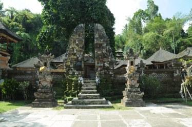 Brama pury, tzw. ciandi bentar, jest przepołowiona na dwie części, co symbolizuje współistnienie par przeciwności: dobra i zła, bogów i demonów, męskości i kobiecości, sacrum i profanum...