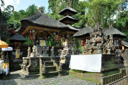 """W każdej świątyni znajduje się dużo większych i mniejszych """"kapliczek"""", o jednym lub kilku słomianych, piętrowych zadaszeniach."""