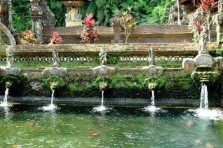 W tej świątyni można dokonać rytualnych kąpieli oczyszczających w wodach strumienia Pakrisan. Zapewne spływającego z podnóży któregoś z wulkanów. A wulkany są siedzibą bogów.