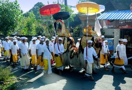 Tu mężczyźni prowadzą Baronga, pół lwa, pół smoka, trudno jednoznacznie zinterpretować. Barong prowadzi odwieczną walkę ze złą wiedźmą, Rangdhą. Walka jest symbolem zmagania dobra ze złem i dopóki trwa, świat utrzymuje się w harmonii.