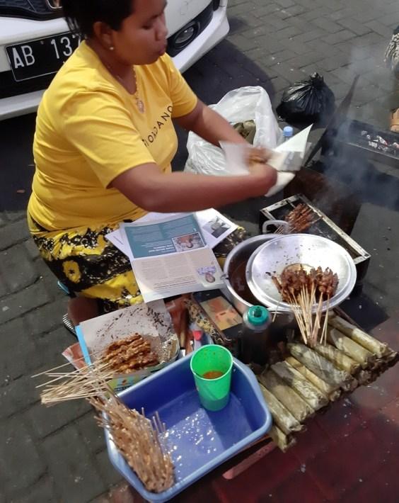 Będąc w Yogyi sami wiecie... jemy :) Satay ayam, najlepsze szaszłyki z kurczaka w sosie sojowo-orzeszkowym.