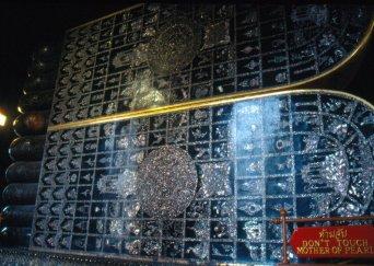 Podeszwy z laki i masy perłowej z symbolami świętości Buddy.