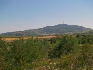 Góra Tokaj (515m) z wieżą telewizyjną.