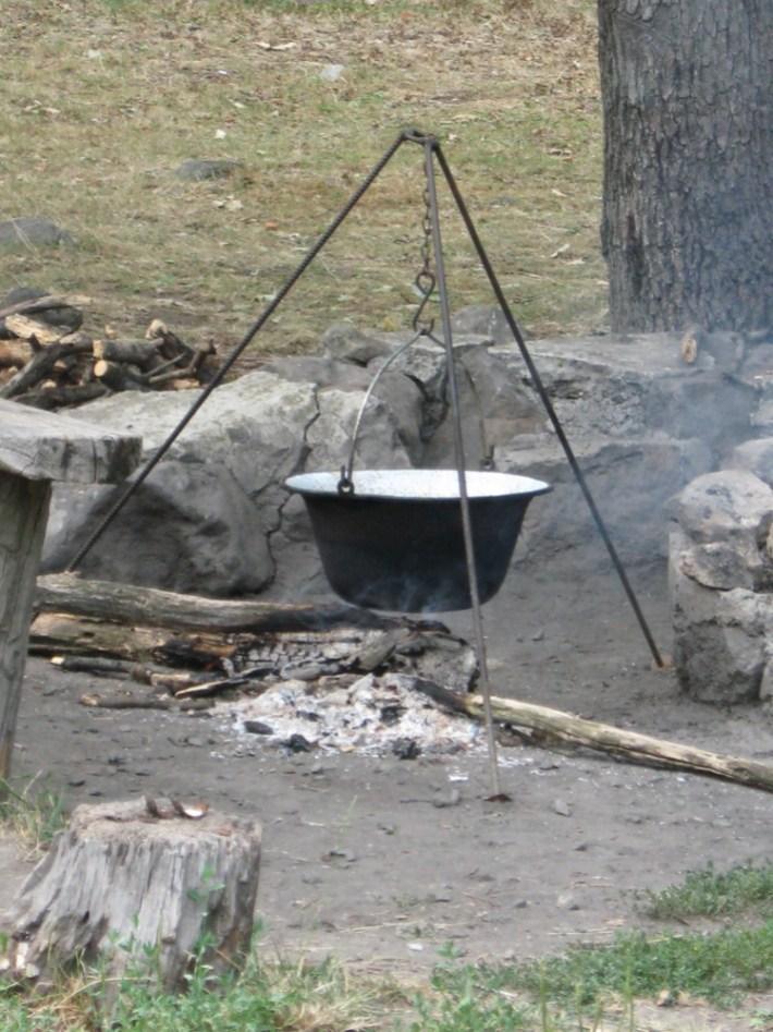 Wokół piwniczek są miejsca do rodzinnego gotowania bogracza.