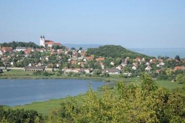 Opactwo pomiędzy jeziorem i Balatonem.
