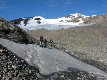 W drodze na La Luette (3548), przełęcz i szczyt w tle.