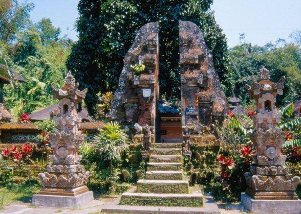 """Ciandi bentar - """"rozpołowione"""" wejście do świątyni, dalej następują trzy części światyni, do każdej wejście przez taki bentar."""