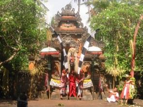 Rangdha - królowa złych demonów i wszelkich istot obdarzonych złą siłą - to one są przyczyną wszelkich nieszczęść, chorób i niepowodzeń Balijczyków.