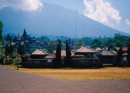 Gunung Agung - najwyższy (=najbardziej czczony) wulkan Bali, siedziba wszystkich bogów. U jego podnóża znajduje się najbardziej święta świątynia, miejsce pielgrzymek wszystkich Balijczyków.