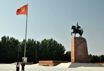 Zgodnie z logiką sowiecką, miasto zbudowano z ówczesnym rozmachem: szerokie ulice, ogromne place koniecznie z pomnikami.