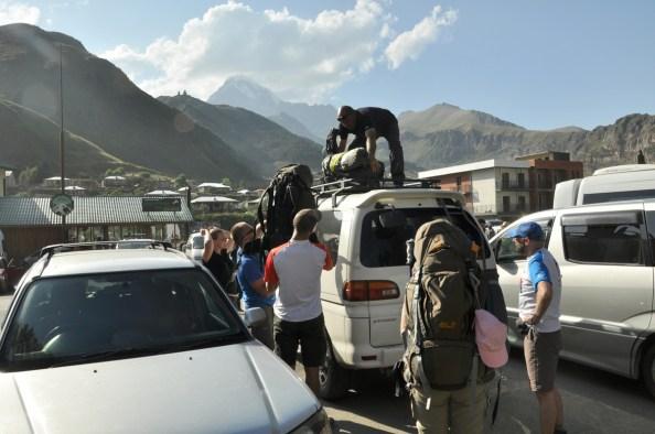 Po tygodniu dziczy w górach wracamy do Stepancmindy. Tu kwintesencja miejscowości: centralny plac z marszrutkami i busami, a nad wszystkim króluje Kazbek.