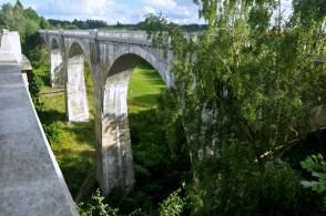 Dwa akwedukty spinające brzegi rzeczki Błędzianki. Długość mostów -182 m.