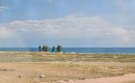 Ten słynny Issyk Kul, o którym wkuwało się na geografii i wydawał się leżeć gdzieś w abstrakcyjnie dalekich odmętach ZSRR. Tymczasem my tu dotarliśmy.