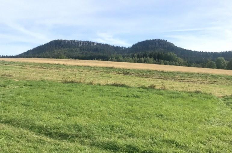 Widok z okna :) Szczeliniec Wielki (919 m, najwyższy w Stołowych) i Szczeliniec Mały (895 m). To właśnie Hejszowina i jej polska część: Góry Stołowe.