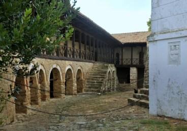 Prowadzono tu szkołę teologiczną, a na przełomie XIX i XX w. nauczano też języka albańskiego, by utrzymać świadomość narodową Albańczyków. Nadal mieszka tu kilku mnichów, więc część mieszkalna jest niedostępna.