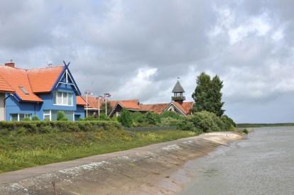 Mierzeja Kurońska (ok. 100 km) podzielona jest pomiędzy Litwę i Rosję. Na Litwie, przed ruchomymi wydmami uchowały się 4 wioski, które razem stanowią centrum administracyjne nazywane Neringa. Tu zdecydowanie najbardziej sympatyczna i kameralna wioseczka Preila.