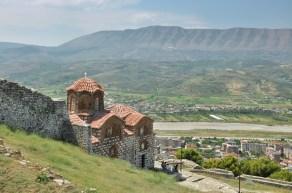 Cerkiew Trójcy Św. Na terenie twierdzy zachowało się kilka cerkwi i kilka meczetów. Cerkwie z XIII-XIV w., a meczety z czasów panowania tureckiego, z XV-XVI w.