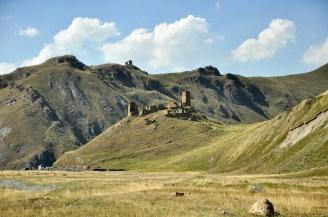 Ruiny twierdzy Zakagori, w dole ostatni posterunek straży granicznej. Gdyby nie propuski, to byśmy nie weszli do kolejnej doliny.