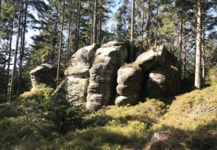 Božanovsky Špičak to piaskowcowe skały skupione wokół szczytu Špičaka i tworzące specyficzny skalny labirynt.