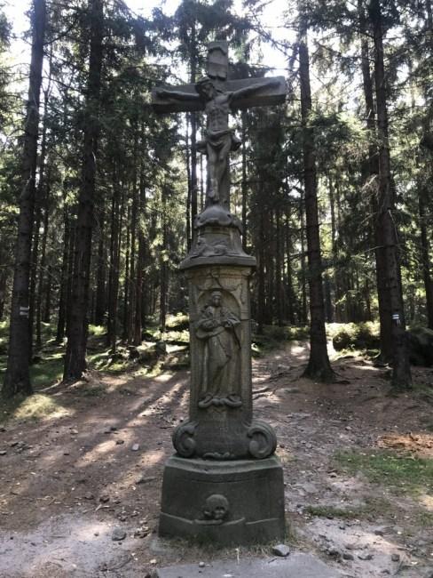 Machovsky kříž na granicy i po drodze do grupy skalnej z najwyższym szczytem Božanovsky Špičak (773 m).