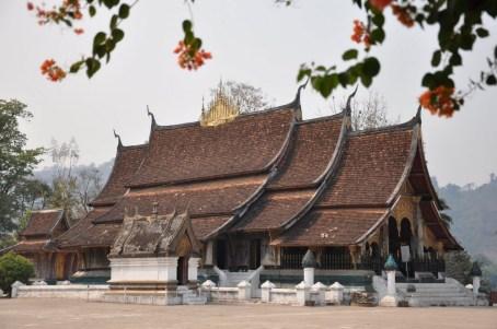 """Wat Xieng Hong - """"świątynia złotego miasta"""" - jedna z najważniejszych świątyń w Laosie, zbudowana ok. 1560 r. przez króla Setthathirata, patrona buddyzmu. Tutaj odbywały się królewskie koronacje."""