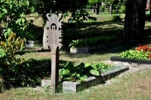 """Jedna z osobliwości Nidy i Litwy: cmentarz założony na początku XVIII w. z drewnianymi nagrobkami """"krikšstai"""" stawianymi od strony stóp zmarłego."""