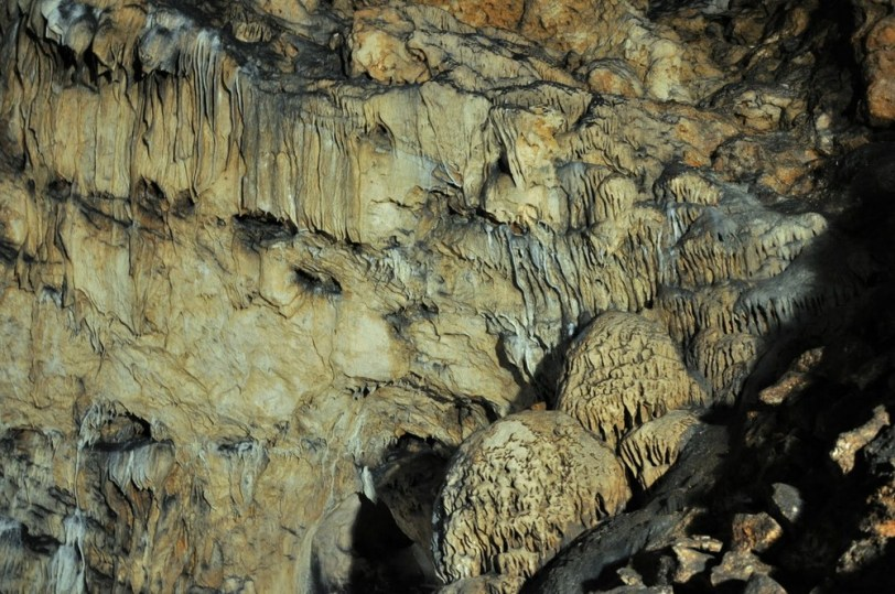 """Jaskinia Magura. Gabarytowo największa jaskinia w Bułgarii (a na pewno jedna z). Ma ok. 3000 m długości. W jaskini leżakuje wino """"Magura"""" (niczego sobie). Unikatowe w skali całego Półwyspu Bałkańskiego są prehistoryczne malowidła naskalne, datowane na ok. 12 tys. lat p.n.e. Nam jednak nie było dane podziwianie twórczości artystycznej człowieka prehistorycznego - malowidła były """"remontowane""""."""