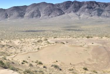 W dole mniejsza wydma (północna), 100-metrowa, a za nią pasmo Kalkan.