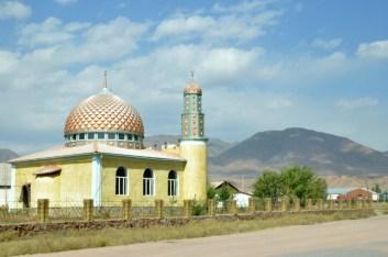 Kirgistan to kraj muzułmański, więc każda wioska ma swój mały meczet.