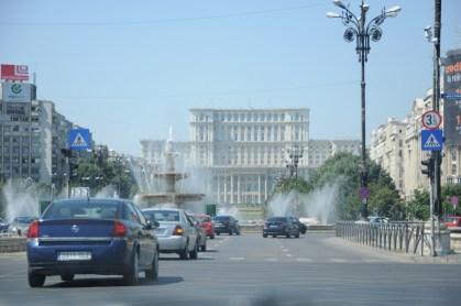Palatul Parlamentului - jeden z największych budynków świata, budowa pałacu (lata '80) wymagała rozbiórki około 7 km² centrum starego miasta (w tym kamienice i budynki sakralne) i przesiedlenia około 40 000 osób. Posiada 1100 pomieszczeń, 12 nadziemnych kondygnacji, 8 poziomów pod ziemią.