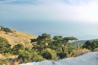 """Bezkres morza z Llogary. Llogara leży w górach Çika na wysokości 1043m. Przełęcz leży przy styku morza Adriatyckiego i Jońskiego i stanowi """"wrota"""" do Riwiery Albańskiej. Łączy północne wybrzeże z południową Riwierą."""