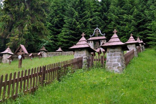 Leży na stoku Jaworzynki. Pochowano tu pochowano 210 żołnierzy rosyjskich i austro-węgierskich, poległych w 1914-15r.