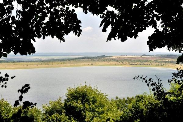 Jezioro Rabiszkie. W pradawnych czasach było dnem ciepłego morza. Nad jego brzegiem znajduje się wejście do jaskini Magura.