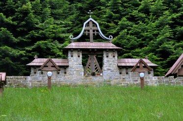Regietów Wyżny. Cmentarz wojskowy nr 48, z czasów I Wojny Światowej. Zaprojektowany tradycyjnie przez Dušana Jurkoviča.