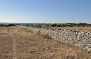 Mur Karola odcina południową część wyspy, by odgrodzić zwierzynę łowną i w ten sposób ułatwić królowi Karolowi polowania.