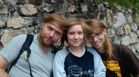 Włosów wystarczy dla każdego :). Czyli nudzimy się w kolejce do jaskini. Bo tego dnia padało.