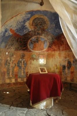 Prezbiterium. Miejsce najświętsze, zawierające ołtarz odgrodzony od nawy głównej ikonostasem. Zawsze we wschodniej części świątyni.