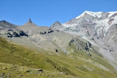 """Druga strona przełęczy, Dolina Mna. Ten pipant to oficjalnie """"Iglica Mna"""", ale inni nazywają ją epitetem dość popularnym w języku angielskim. Podobno sam się nasuwa."""
