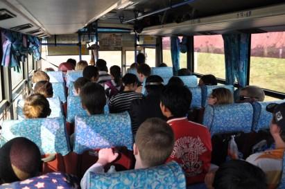 W autobusie.