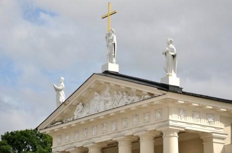 Postacie świętych: pośrodku - św. Helena (jako patronka Rosji), po lewej: św. Kazimierz (jako patron Litwy), po prawej: św. Stanisław (jako patron Polski).